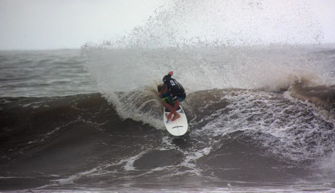 Sean Mattison (USA) put on a great display of power surfing to win his Masters heat and make it through to the next round. Photo: ISA/Quincho